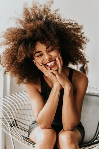 femme heureuse et rieuse